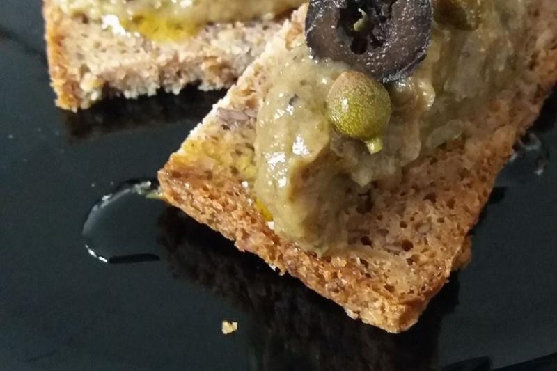 Tartine de caviar d'aubergine aux câpres