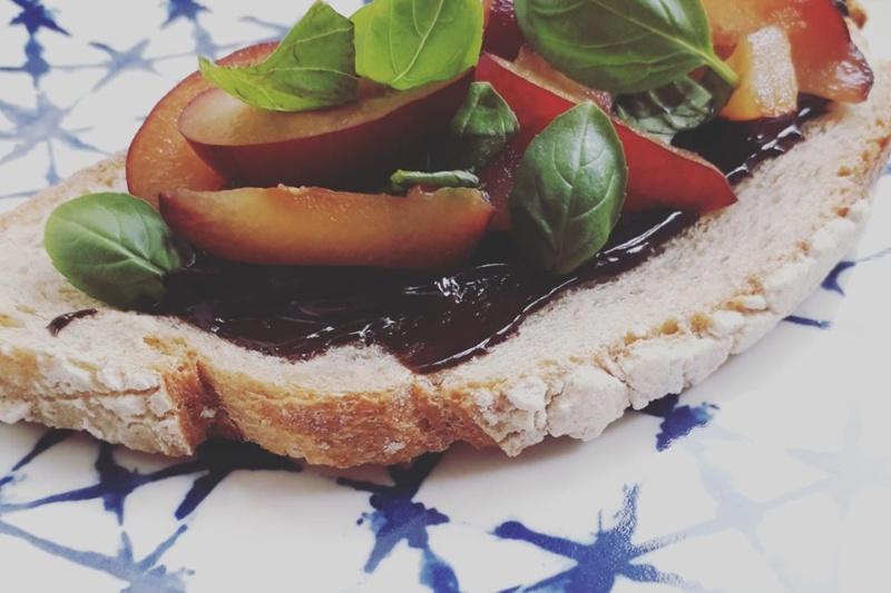 Tartine chocolat, prunes et basilic